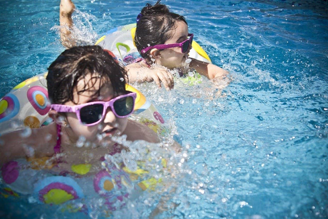 Nager dans la piscine autoportée