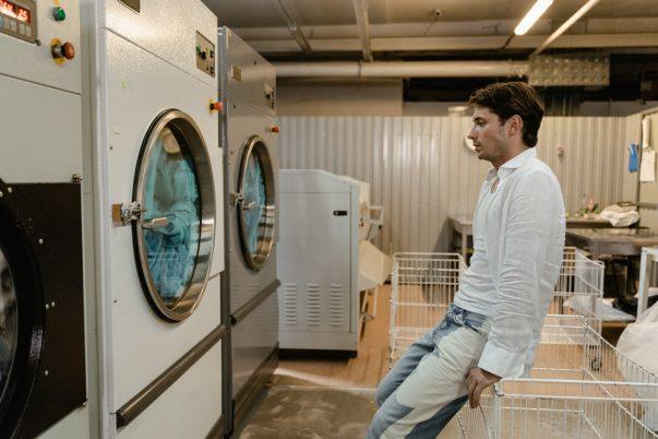 une machine à laver en panne